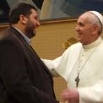 Olmos tambien poso con el nuevo Papa