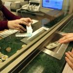 Podría ser incompatible comprar dólares para ahorro y recibir subsidios en servicios públicos