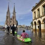 Evacuan familias mientras se espera la construcción de reservorios para palear la crecida del río Luján