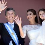 Macri recibió el bastón de mando en la Rosada y lo festejó bailando en el mítico balcón