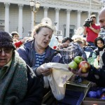 """Se viene el """"verdurazo"""": Pequeños productores reclaman apoyo estatal repartiendo 20 mil kilos de verdura en Plaza de mayo"""