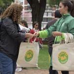 Por prohibición de bolsas de plástico, el gobierno repartirá reutilizables