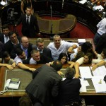 Entre piedrazos y cacerolazos, se aprobó la reforma previsional