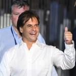 Por 30 mil votos, Uruguay da un giro a la derecha con Luis Lacalle Pou