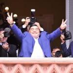 Maradona se reunió con el Presidente y saludó desde el balcón de Casa Rosada