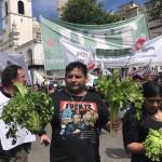 """Productores agropecuarios realizaron un """"verdurazo"""" frente a la Sociedad Rural Argentina"""