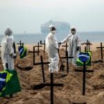Brasil: cavan fosas comunes en Copacabana contra Bolsonaro