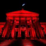El Congreso se iluminó de rojo por la salud menstrual
